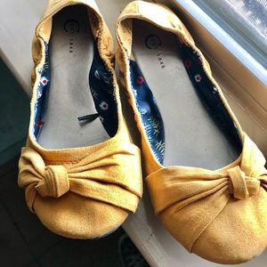Mustard color suede like new flats